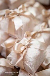 Confira esse clássico, sabonete em barra em fatias menores embalados em renda com uma fita dourada.