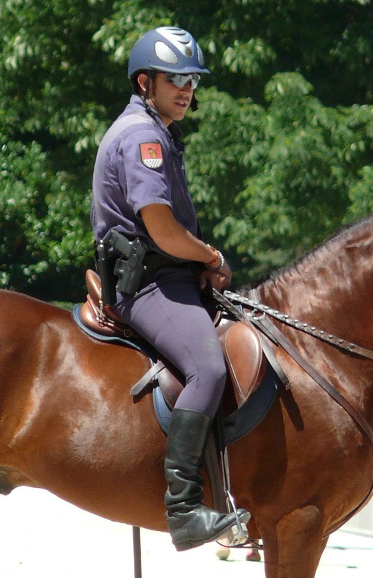 how to become a toronto mounted police officer