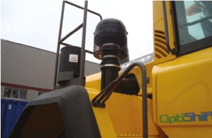 Filtry serii 9000 Filtry Sy-Klone serii 9000 redukują ilość pyłu, drobin skalnych i betonowych, które mogłyby dostać się do silnika. W wyniku tego zostaje wydłużona żywotność filtra, wzrasta sprawność silnika, a koszty utrzymania ulegają obniżeniu. Są to filtry samoczyszczące, nie wymagające obsługi. Przeznaczone są do montażu na wszystkich maszynach. Można je stosować w trudnych warunkach terenowych, na placach budów, w górnictwie, podczas prac ziemnych i w wielu innych zastosowaniach.