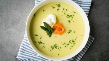 Soep van groene asperges met room en zalm