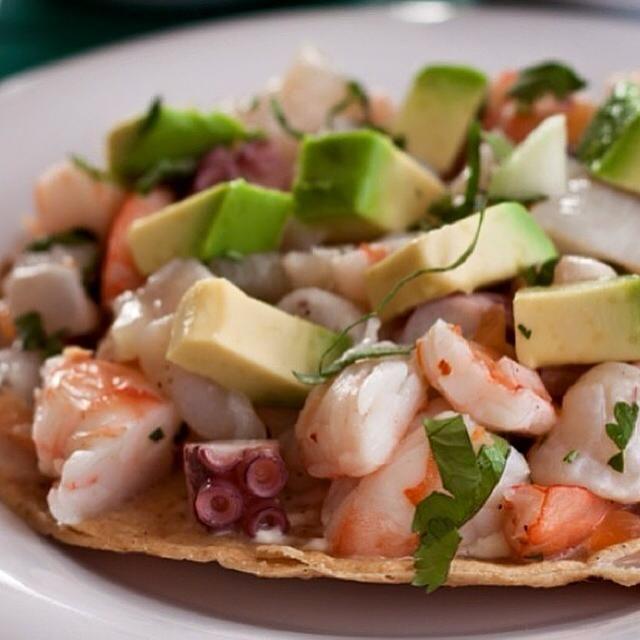 Tostada Primavera con Camarón, Callo de Hacha y Pulpo. CABANNA uno de los muchos restaurantes de mariscos, que encontraras en Tijuana