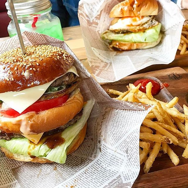 * ゆうなと Bulls cafe。 私は期間限定の Wチーズベーコンバーガー🍔 大量のカロリー摂取 幸せだ。  #山口市 #bullscafe #ブルズカフェ #カフェ #cafe #ランチ #昼ご飯 #ハンバーガー #hamburger #チーズ #肉 #ポテト #期間限定 #限定