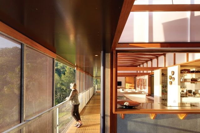 Peter Stutchbury / Cliff Face House    The verandah gives all rooms a direct outdoor link.