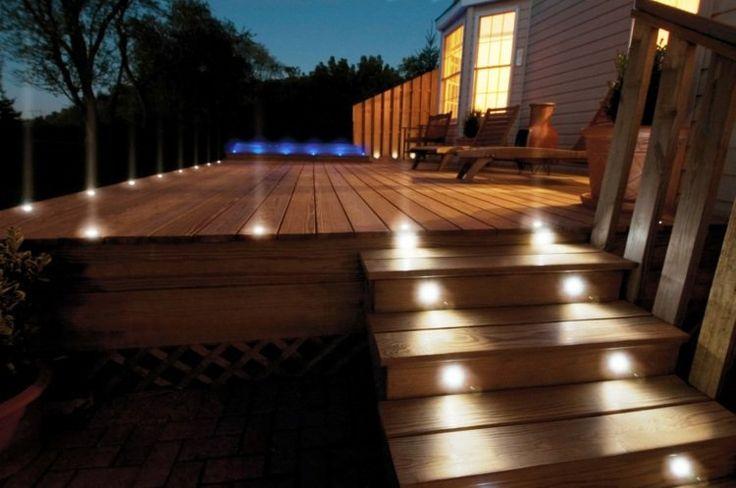 terrasse en bois avec éclairage en spots LED encastrables