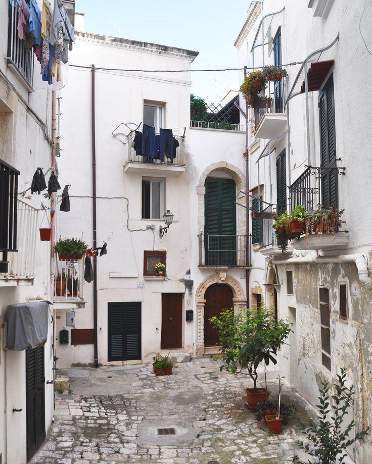 Buongiorno #Puglia!!! #blogtourmonopoli prosegue a piedi verso il Caffè del Chiasso per la colazione mi imbatto in scorci mozzafiato piccoli cortili (i chiassi appunto) che caratterizzano il centro cittadino e dove si trova una pugliesità dirompente! #weareinpuglia #otmonopoli
