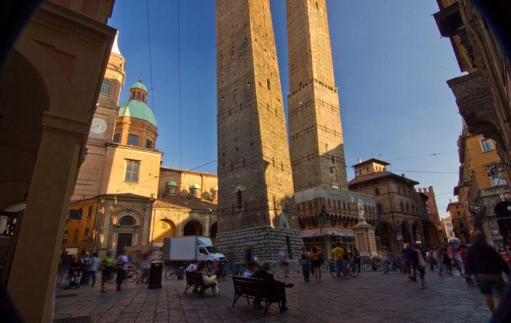 Le torri di bologna garisenda e degli asinelli piazza - Piazza di porta saragozza bologna ...