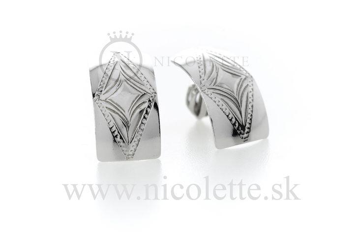Strieborné náušnice s vyrytým symbolom diamantu.