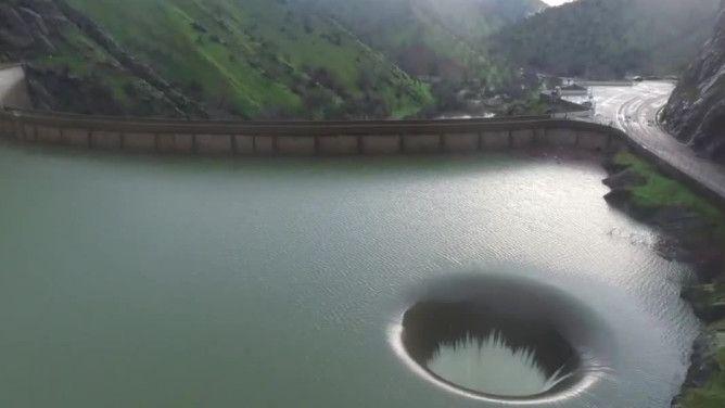 Dziura na środku jeziora. Tego zjawiska nie widziano od ponad dekady