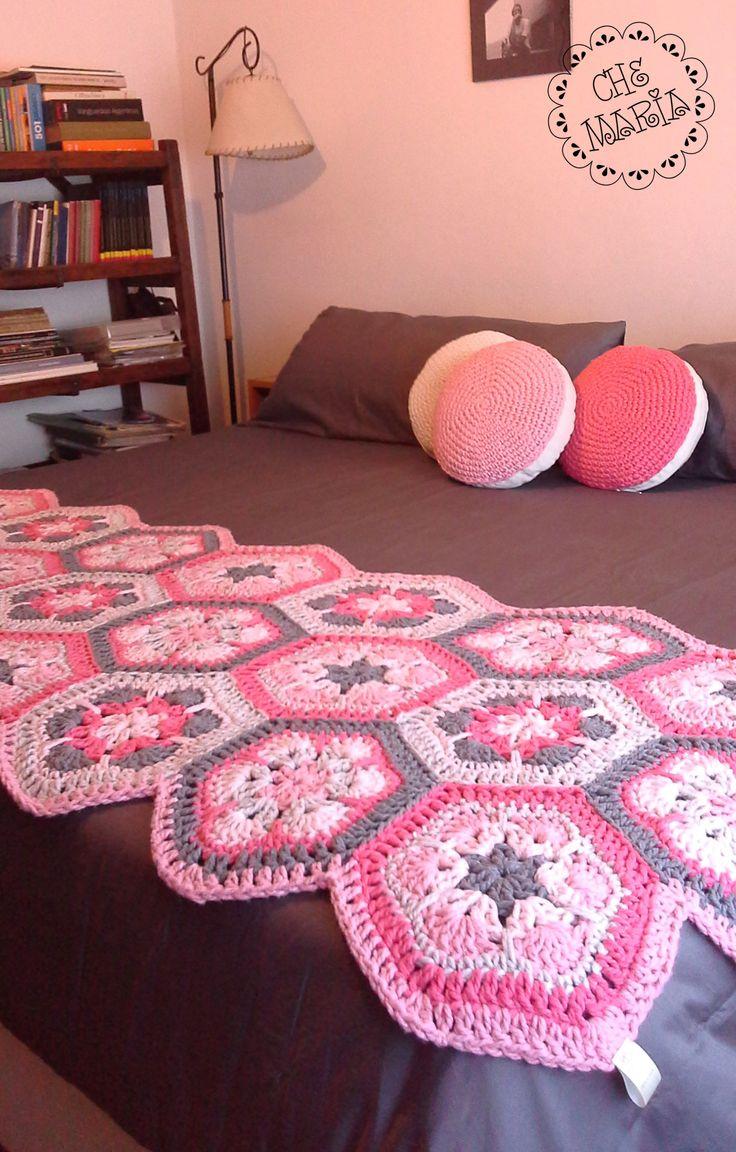 Almohadones y pié de cama tejidos a mano