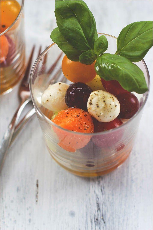 Summer Salad   Tomato   Mozzarella cheese balls   Melon   Grapes   Cucumber   in a jar // Sommerfrischer Kugel-Salat mit Tomaten, Mini-Mozzarella, Melone, Trauben und Gurke, serviert im Glas zum Grillen, Picknick und Buffet!