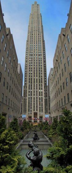 Rockerfeller Center. Vaste complexe culturel et commercial. Il a été bâti dans l'esprit Art Déco, comme en témoigne l'architecture de la Maison française.