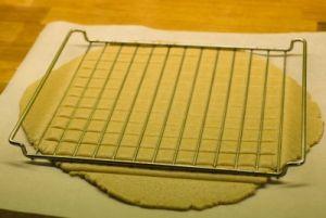 DIY pebernødder - brug ovnristen som inddeler til pebernød dejen