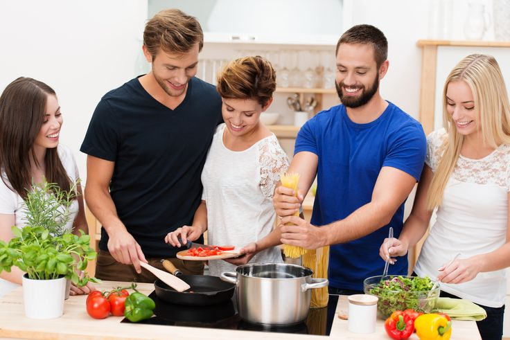 Bringt ein #Kochkurs was? Bei einem Kochkurs können sowohl Laien einen guten Einstieg ins kochen finden, aber auch Profis bekommen Tipps und Tricks in einem Kochkurs vermittelt. Deshalb solltest du dir genau überlegen, welcher Kochkurs der Richtige für dich ist. Erfahre, ob ein Kochkurs, was für dich ist bei #Royalticket und ob du damit #kochen lernen kannst.