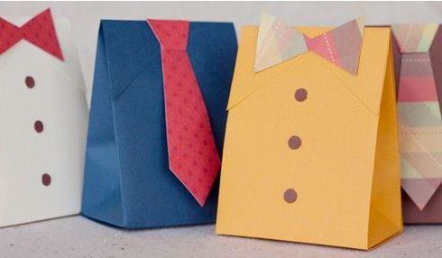 Pacchetti regalo per uomo, a forma di camicia con cravatta e papillon  #pacchetti #pacchetto #regalo #regali #originali #Natale #compleanno #incartare #uomo #lui #cravatta #papillon
