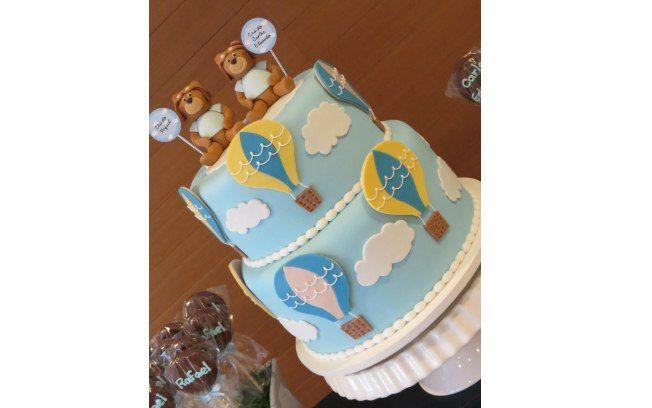 O bolo também segue a decoração do chá de bebê, com detalhes de ursinhos e balões, em pasta americana. De Festas da Júlia. Foto: Divulgação