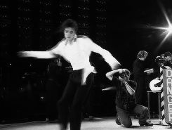 MJ and his SIGNATURE spin!! If this DOESN'T knock your damn socks off moonwalkers...I don't know WHAT will!!♡♡♡♡