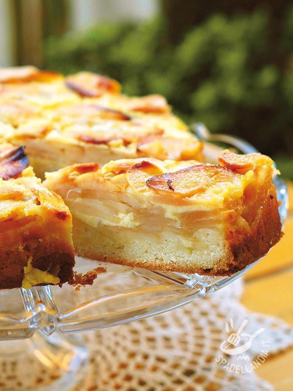 La Torta alle mele e crema pasticcera è uno di quei dolci che non passa mai di moda. Semplice e genuina, ha in sé tutto il sapore delle torte di una volta.