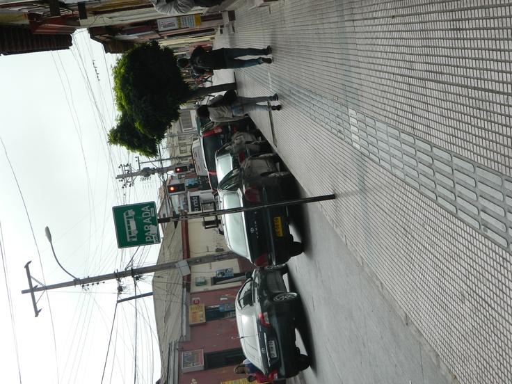 """donde aparece el letrero """"parada"""" no ocurre esta espera, se desplaza mas adelante, donde dice """"no estacionar"""" por la misma calle a menos de 100 metros."""
