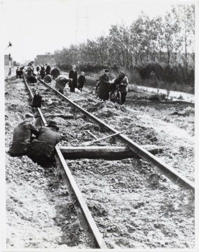 1944-1945. Hunger Winter in Amsterdam. With no food and fuel to burn in their stoves citizens of Amsterdam are removing wood blocks from the rail road tracks of the line Amsterdam-Amstelveen-Aalsmeer. More than 20,000 people lost their lives in Amsterdam and the western part of the Netherlands during the winter of 1944-1945. #worldwar2 #Amsterdam #hongerwinter