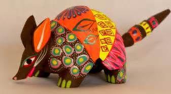 El alebrije es un tipo de artesanía originaria de CDMX, inventada por Pedro Linares López en 1936. Se trata de artesanías fabricadas con la técnica de la cartonería, que se pintan con colores alegres y vibrantes. Los alebrijes son seres imaginarios conformados por elementos fisonómicos de animales diferentes, una combinación de varios animales, no solo fantásticos sino también reales