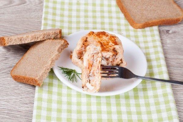 Куриные котлеты с гречневой начинкой -   Яркие котлеты за счет добавления в фарш морковки! Изюминку привычному блюду придает начинка из гречневой крупы с добавлением яйца.  #пища #курица #гречка #морковь #яйцо #food #chicken #buckwheat #carrots #egg
