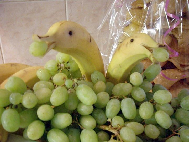 adorable way to serve grapes at a party or dinner! dolphin bananas!