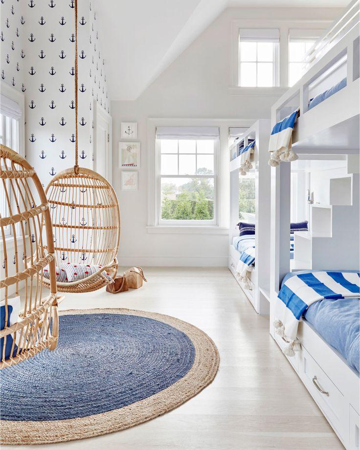Una solución práctica para esas casas de verano en las que se juntan varias familias: habitaciones infantiles con literas de dos en dos! . . . Pic by @changoandco . . . #ebomworld #deco #decoracion #home#interiordesign #interior #kidsdesign #kidsdecor #homeforkids #art #cute #colorful #colordecor