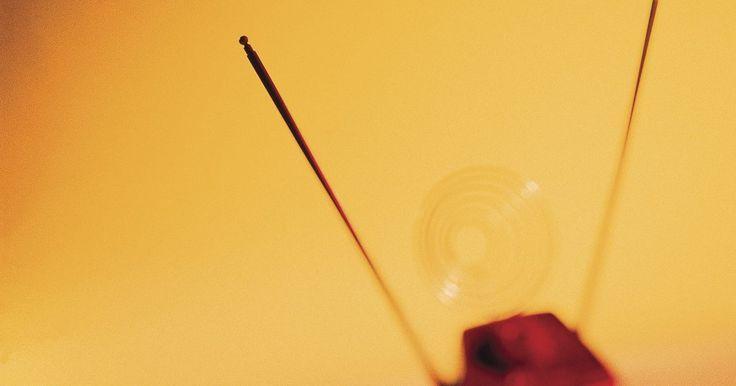 Cómo hacer una antena UHF de TV . Una antena UHF de televisión le permitirá a tu televisión de alta definición recibir transmisiones gratis desde las torres de transmisión de la red de TV. Puedes hacer una antena digital UHF con unos pocos artículos de uso doméstico y un cable coaxial comprado en una ferretería o tienda de electrónica. No se necesitan habilidades especiales, pero ...