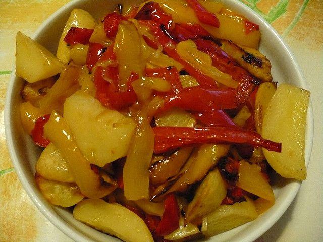 Un contorno di patate e peperoni è un'ottima soluzione per accompagnare carni bianche o rosse alla griglia arricchendone il sapore