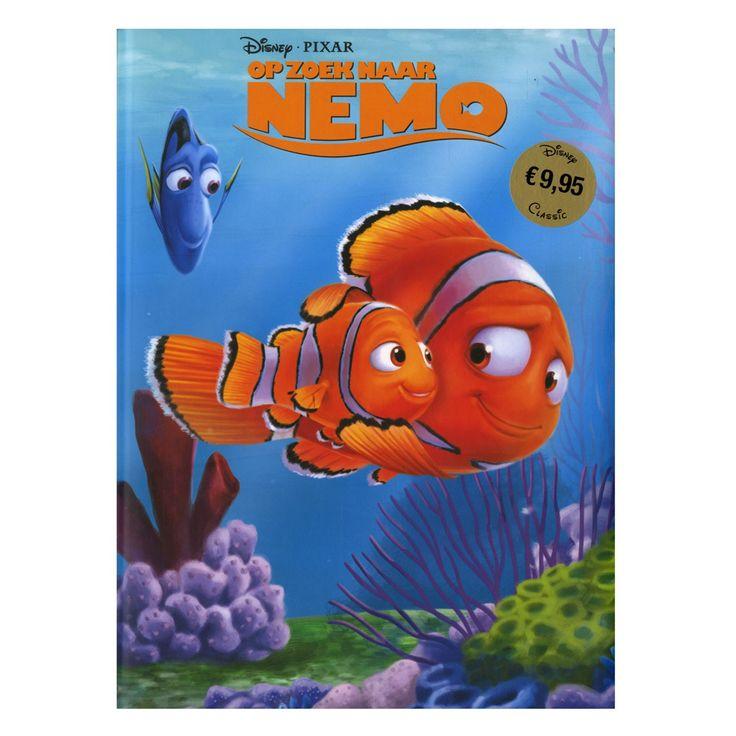 Op een dag wordt het dappere clownvisje Nemo gevangengenomen door een duiker. Zijn vader, Marlin, doorkruist de oceaan om Nemo te zoeken. Samen met het vergeetachtige visje Dory beleeft hij een buitengewoon onderwateravontuur vol verrassingen...De verhalen van Disney nemen jong en oud elke keer weer mee op een onvergetelijke reis door een wonderlijke wereld! Afmeting: 28,5 x 21,7 cm. - Disney Op zoek naar Nemo