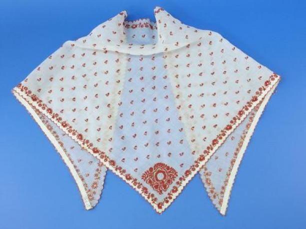 Tipdoek of fichu bij het Fries Kostuum, met rood getamboereerd neteldoek en wit getamboereerde tule, onderdeel van groep van twee | Modemuze