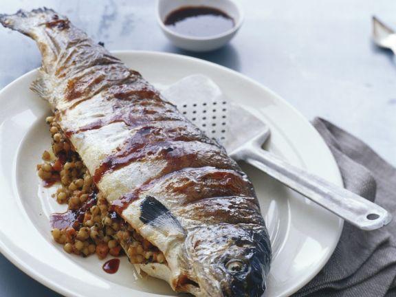 Gegrillter Lachs mit Couscous-Füllung ist ein Rezept mit frischen Zutaten aus der Kategorie Meerwasserfisch. Probieren Sie dieses und weitere Rezepte von EAT SMARTER!