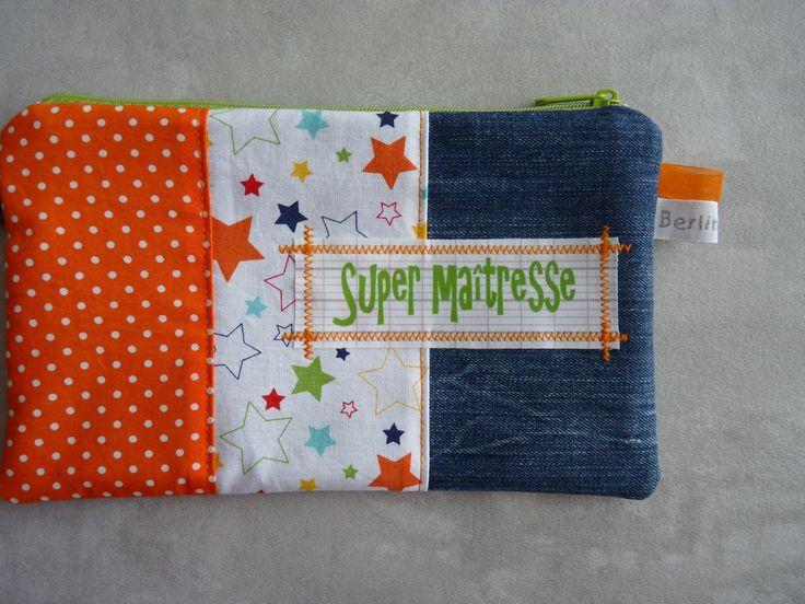 """Trousse pochette plate """"Super maîtresse"""" en jean recyclé et cotons imprimés orange/vert : Trousses par berlingot72"""