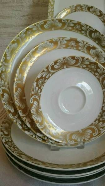 Торжественный довольно Комбинированная служба: 6 тарелок, 6 суповые тарелки, 6 миски с 6 блюдец, 6 салата плиты или Kucheteller, салатник, супница, соусник, пластинки овальной формы, 8 чайные наборы ,, Sugar Bowl, более 50 частей Очень хорошее состояние, приятно праздновать! Самовывоз в Гамбурге