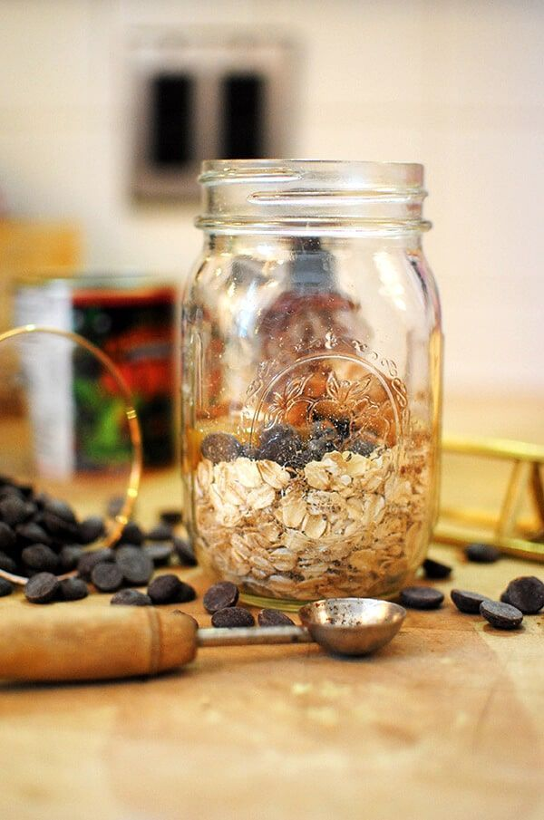 Peanut Butter Overnight Oats are downright magical. With four simple ingredients, you can make an easy breakfast and get your chocolate peanut butter fix!