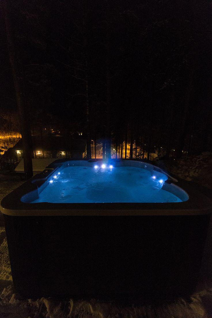 LED-valot vaihtuvat ohjauspaneelista myös laguunin siniseksi tunnelmaa tuomaan illan hämäriin. Lumispa.fi | Ulkoallas.fi | kylpykauppa.fi | Novitek.fi | facebook.com/novitekspa/