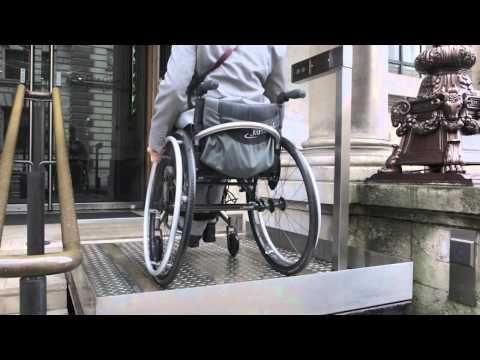 Salire le scale con il sistema a sollevamento Sesame per carrozzina » Scale per Disabili