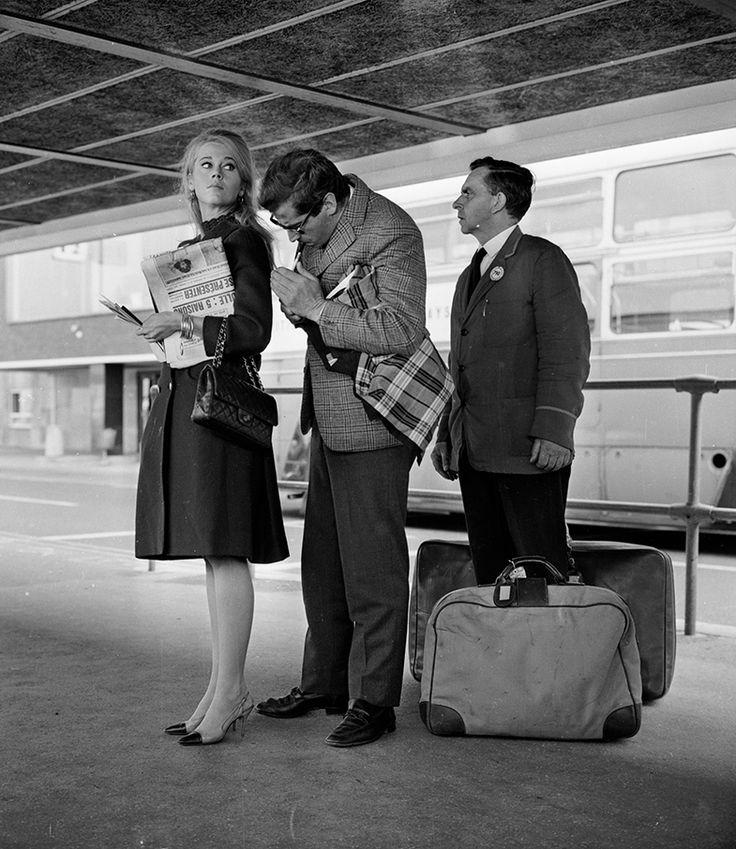 Jane Fonda en 1965, con su 2.55 de Chanel colgando del brazo. © Getty Images