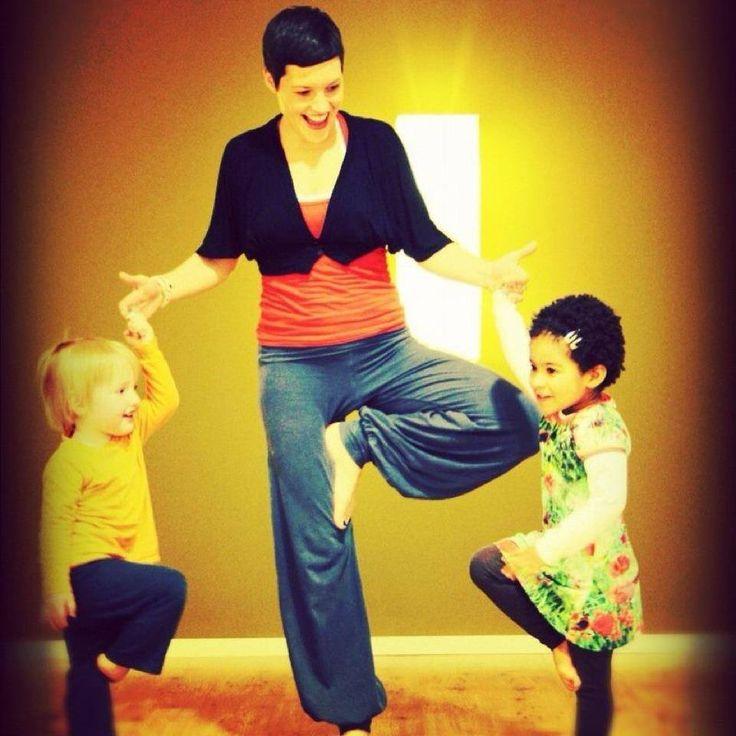 Ouder-kindyoga ~ door Saskia Valk @ Kids Area - Healing Garden Festival 2015. Yoga met je kind! Zingend, dansend en spelend onderzoeken de peuters en kleuters de yoga-houdingen en ontdekken ze hoe leuk het is om te spelen met hun adem en zintuigen! Aan de hand van liedjes, voorwerpen of verhaaltjes creëert Saskia Valk een fantasiespel waarin het kind de ouder meeneemt in zijn of haar belevingswereld.