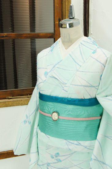 白と澄んだ淡い空色に、花浅葱色美しく浮かび上がる萩の葉が詩情をさそう夏着物です。 #kimono