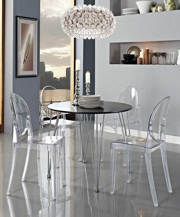 chaise transparente, la chaise ghost de philippe starck, table noire ronde et suspension ronde originale
