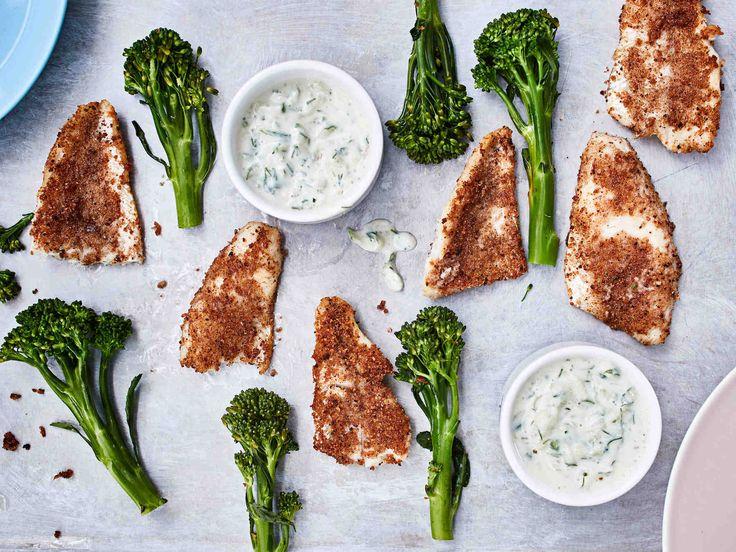 Tee itse hapankorpuilla leivitetyt kalapuikot. Lusikoi raikasta kurkkudippiä kippoihin ja anna lasten (ja aikuisten) dippailla rapeita ahvenpuikkoja sormin.