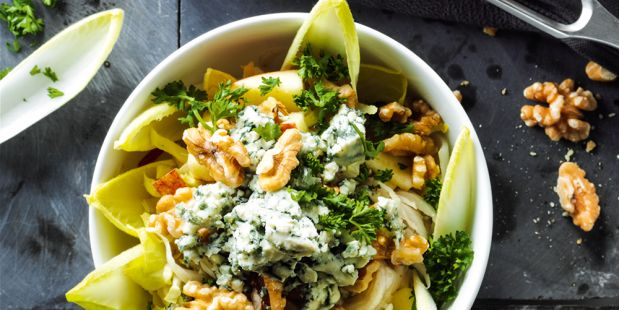 Salade van witlof met walnoten, blauwe kaas, peer, citroen, peterselie, versgemalen peper en zout.