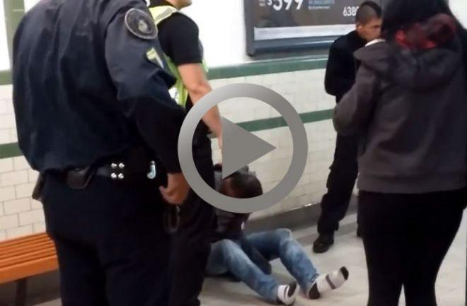Detienen a un hombre que se masturbó frente a una mujer en el subte El hombre fue bajado de la formación por los pasajeros hasta que llegó la policía http://www.argnoticias.com/sociedad/item/39232-detienen-a-un-hombre-que-se-masturb%C3%B3-frente-a-una-mujer-en-el-subte