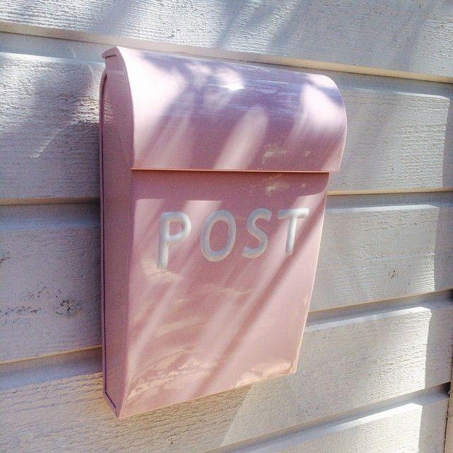 Leikkimökkiin tarvittiin tietenkin vaaleanpunainen postilaatikko #leikkimökki #postilaatikko #kidsplayhouse #pink #postbox