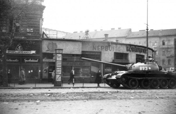 Nyugati (Marx) tér, Népbüfé (Ilkovics). A szovjet csapatok ideiglenes kivonulása 1956. október 31-én. T-54-es harckocsi.