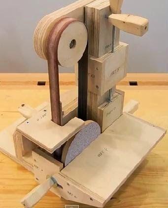 um passo a passo para a confecção de uma lixadeira de cinta com a utilização de uma furadeira, projeto sugerido por JOHN HEISZ no link:     ...
