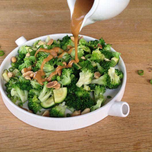 Asiatischer Broccolisalat mit Erdnusssoße   Backstubenpoesie