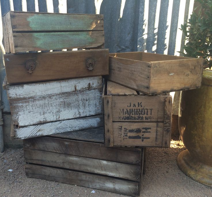 (M) LARGE/MEDIUM CRATES (11 AVAILABLE)
