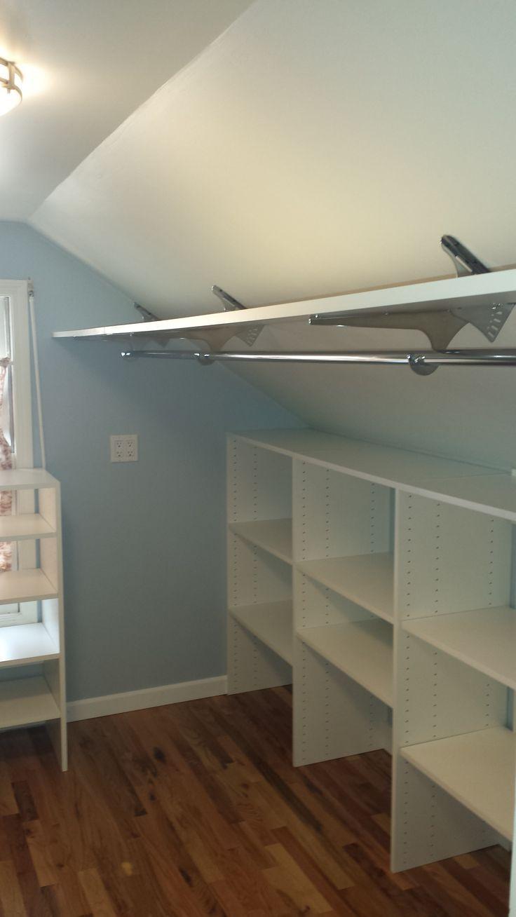 Abgewinkelte Halterungen, um den Platz im Dachbodenschrank zu maximieren
